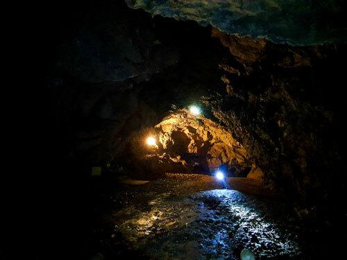 Đặc điểm của động Tiên Sơn là đáy phẳng, trần cao, càng vào sâu diện tíchcàng lớn.