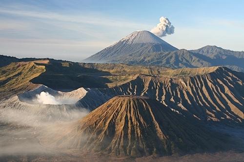 Nằm trên vành đai lửa Thái Bình Dương, Indonesia có khoảng 127 ngọn núi lửa đang hoạt động. Ảnh: Paktwisatakerom.