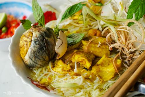 Bún cá ăn kèm hột vịt lộn có giá từ 20.000 đồng. Ảnh:Di Vỹ.
