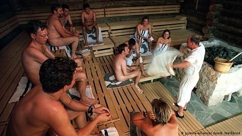 Khách không được phép mặc đồ bơi hay đồ lót trong phòng xông hơi tại Đức. Ảnh:B. Weißbrod.