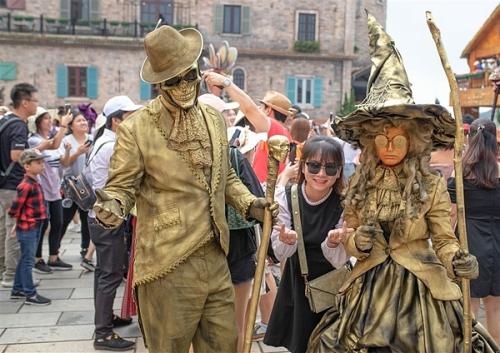 Một chút ma mị,bí ẩn, không ghê sợ, Halloween 2019 trên đỉnh Bà Nà dường như khiến mỗi bước chân du khách khám phá khu du lịch thêm phấn chấn, háo hức.
