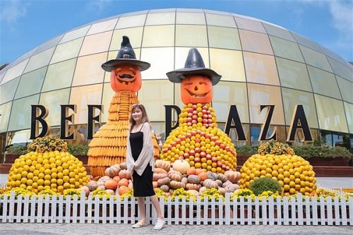 Gần 40 tấn bí ngôđược Bà Nà Hills sử dụng để tạo nên một Happy Halloween quy mô và tầm cỡ. Bí ngô khéo biến hóa thành những nhân vật ngộ nghĩnh như phù thủy, chú sóc khổng lồ...