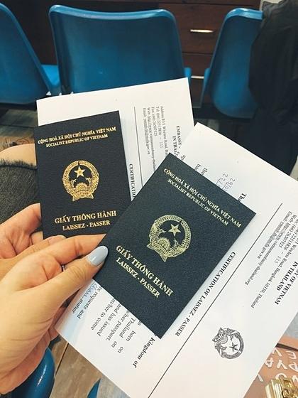 Nữ du khách được cấp giấy thông hành để về Việt Nam.