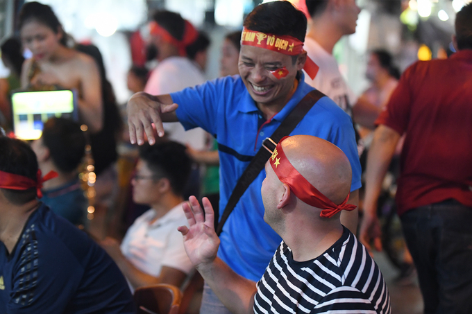 Khách nước ngoài ăn mừng chiến thắng của tuyển Việt Nam