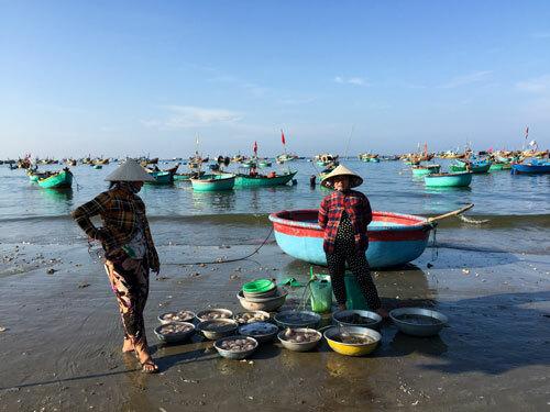 Chợ hải sản tính tiền bằng thau - ảnh 2