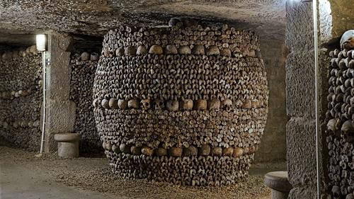 Hầm mộ được hình thành sau khi những nghĩa trang thành phố trở nên quá tải. Ảnh: Catacombes Paris.