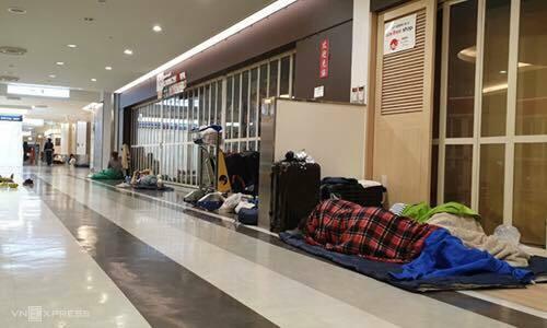 Khách ngủ tại sân bay tối 12/10. Ảnh: Thu Thuỷ.