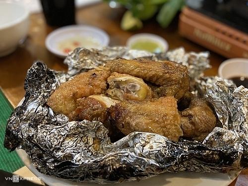 Gà nướng tiêu xanhCũng giống như lợn bản, gà ở Sapa được nuôi trong môi trường tự nhiên nên có kích thước nhỏ và thịt ngọt, dai. Tuy nhiên, nước sốt tiêu xanh, hành khô băm nhỏmới được coi là hồn của món ăn và mang đến hương vị đặc trưng của Sapa. Trước khi nướng với giấy bạc, thịt gà được nấu qua nên chín đều từ da đến phần thịt sát xương. Nướng xong, da gà sẽ có màu vàng óng, thịt bên trong ngọt tự nhiên và đậm nước sốt. Khi thưởng thức, du khách nên dùng găng tay để xé thịt, thêm một chút nướng chấm ớt xanh cho món ăn hấp dẫn hơn.Quán ăn gợi ý để thưởng thức món ăn này là nhà hàng Hải Lâm, đường Lương Định Của. Du khách có thể gọi suất nửa con với giá là 250.000 đồng.