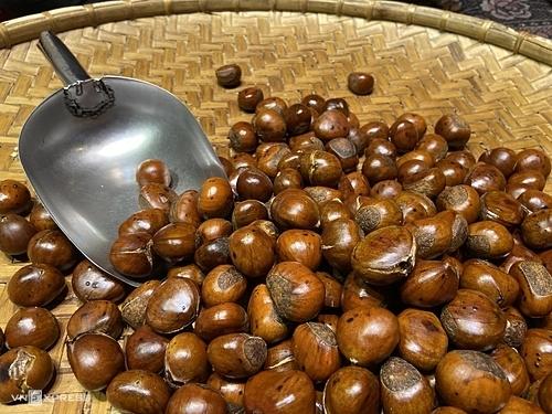 Hạt dẻ nướngĐến Sapa, du khách sẽ dễ dàng bắt gặp những quầy hàng bán hạt dẻ nướng, hạnh nhân rangnghi ngút khói và thoang thoảng mùi thơm ngọt của bơ. Hạt dẻ Sapa có kích thước lớn hơn hạt dẻ rừng, màu nâu sẫm và bên trên vỏ có lớp lông tơ mỏng. Khi rang, nướng, luộc có mùi thơm, vị ngọtvà bùi.Người dân Sapa thường rang loại hạt này với đá đen để chín đều và không cháy vỏ. Du khách có thể chọn mua hạt chín, hạt rang tách vỏ và hạt rang nguyên với giá từ 50.000 đồng. Để mua về làm quà, bạn nên chọn loại rang rang nguyênđể phần thịt bên trong không cứng và có thể quay nóng bằng lò vi sóng.