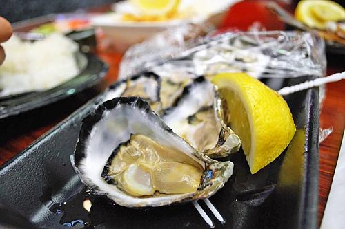 Hàu đá Sydney là viên ngọc ẩm thực bên bờ biển Australia. Chúng có vị ngọt sâu, đậm đà và khác biệt với các loài hàu khác. Du khách có thể thưởng thức món hàu tươi sống hoặc nướng, ăn kèm thịt xông khói và sốt Worrouershire. Hàu tươi chưa mở trong các siêu thị ẩm thực có giá bán khoảng 15 AUD (235.000 đồng) 12 con.Ảnh: Alpha.