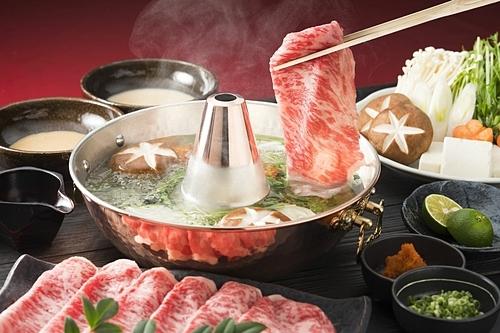 Lẩu Shabu Shabu gồm thịt bò thái mỏng và rau tươi. Ảnh: Houston Eater.