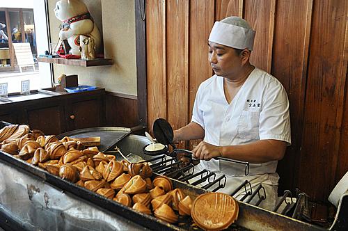 Thợ làm bánh tại tiệm Houkyokudo ở Kyotođang đổ bột vào khuôn kata. Ảnh:Selena Hoy