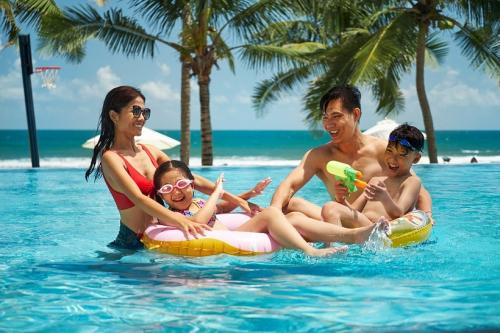 Đến với Premier Village Danang Resort, các thành viên gia đình vừa được trải nghiệm dịch vụ đẳng cấp 5 sao, vừa được tận hưởng biển xanh cát trắng nắng vàng, vừa có thể tham gia các hoạt động giàu bản sắc địa phương.