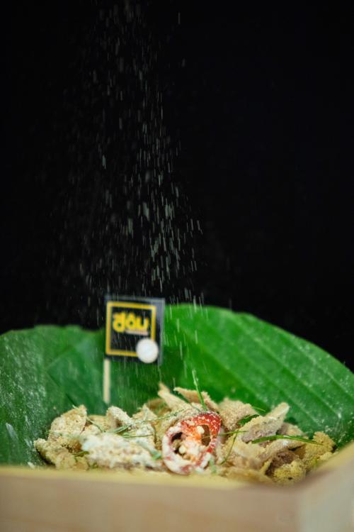 Món ăn cuốn hút còn nhờ phần thính thơm đặc trưng. Thính làm từ gạo nếp thơm, đỗ tương, đỗ xanh và nhiều loại gia vị gia truyền, rang liu riu đến khi vàng đều, sau đó cho vào cối xay nhuyễn và trộn đều với tai lợn. Trộn sao cho màu vàng ruộm của thính bao phủ toàn bộ các miếng tai thái mỏng, mùi thơm ngậy của thính dậy ngập phòng thì xong. Nhưng tuyệt nhiên không vì thính ngon mà đổ thật nhiều, dễ đem đến vị ngấy khi ăn.
