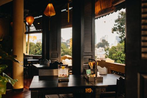 Với không gian cổ kính của tường vàng, gạch đỏ, đèn lồng xưa..., Đậu Homemade là nơi bạn có thể thưởng thức món nem tai trộn tính và những món ăn chuẩn vị Hà thành ngay giữa lòng Sài Gòn.