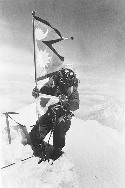Junko Tabei trên đỉnh Everest vào ngày 16/5/1975. Ảnh:AP.
