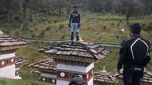 Khách nam bị bắt vì trèo lên bảo tháp Phật giáo - ảnh 1