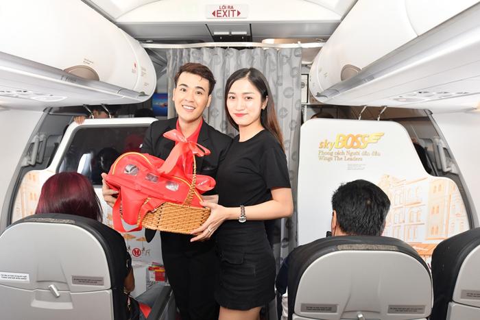 Vietjet tặng quà cho khách nữ ở độ cao 10.000 mét