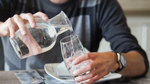 Nhà hàng phục vụ nước uống tái chế từ toilet - ảnh 1