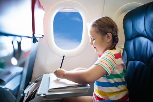 Bạn nên mang theo các trò giải trí như bút màu, tập tô hay đồ chơi để thu hút sự chú ý của trẻ trên máy bay, giúp chúng có một chuyến bay vui vẻ, nhẹ nhàng. Ảnh: FamVeld/Shutterstock.