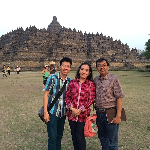 Dy Khoa (trái)gặp bố mẹ nuôi trong lần đầu du lịch Indonesia hồi 5 năm trước và từng về thăm quê của mẹ nuôiở Indramayu. Ảnh: Dy Khoa.