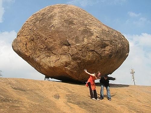 Tảng đá được cho là đã ở vị trí này 1.200 năm. Ảnh: NickyBoy/Amusing Planet.