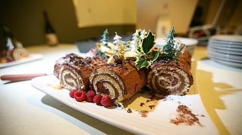 Bánh ngọt Yulelog được trang trí giống với cây thông noel. Ảnh: Simon Law.