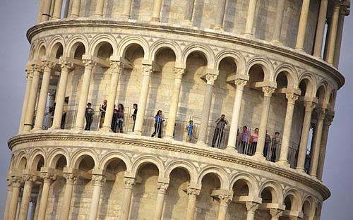 Vì sao tháp Pisa nghiêng theo nhiều hướng? - ảnh 2