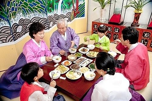 7 quy tắc trên bàn ăn của người Hàn Quốc - ảnh 1