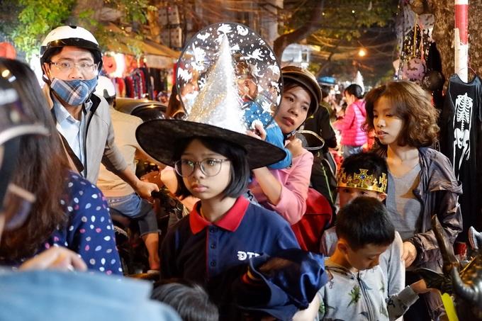 Phố Hàng Mã đông nghẹt khách trước ngày Halloween