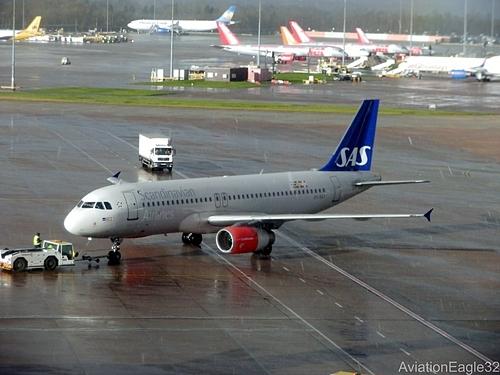 Xe đầu kéo đưa máy bay ra đường băng. Ảnh:Aviation Eagle.