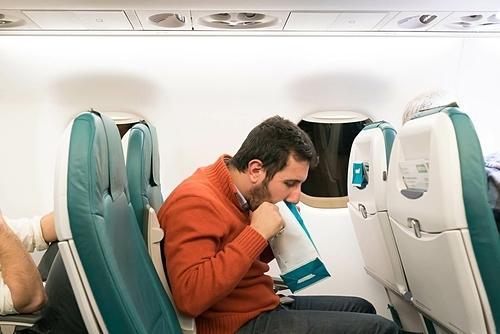 Ngồi cạnh một người say máy bay cũng là cực hình. Ảnh: Chalk down.