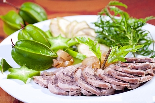 Thịt dê là một trong những đặc sản không nên bỏ lỡ ở Ba Vì. Ảnh: Nhà hàng Lá Cọ.