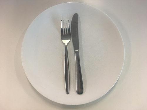 Ẩn ý sau cách xếp dao nĩa trên bàn ăn - 2