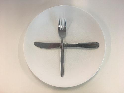 Tôi đang đợi món kế tiếpKhi bạn sắp đồ dùng theo hình chữ thập, bồi bàn sẽ hiểu rằng bạn đang sẵn sàng ngồi đợi họ bưng ra món tiếp theo để thưởng thức. Theo lưu ý của các chuyên gia ẩm thực, bạn nên xếp dĩa lên trên con dao trong hình chữ thập.
