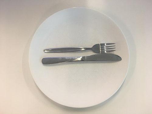 Ẩn ý sau cách xếp dao nĩa trên bàn ăn - 4
