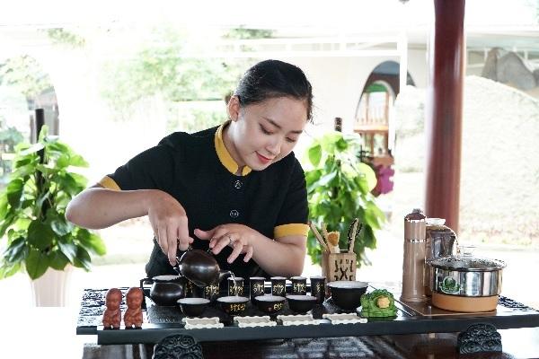 Khu nghỉ dưỡng dành một góc riêng để tôn vinh trà Việt giữa không gian nhà rường gỗ dân dã. Du khách có thể tìm hiểu và thưởng thức nghệ thuật trà đạo qua bàn tay pha chế của các nhân viên.