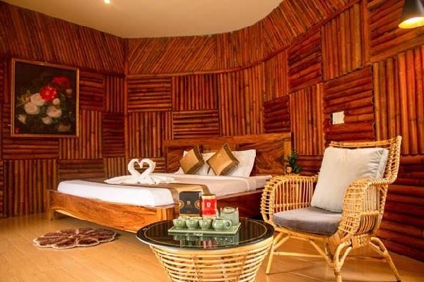 Mỗi căn villa được thiết kế như một chiếc lá trà, sử dụng nguyên liệu gỗ, tre mang đến sắc màu trầm ấm mộc mạc, vừa có sự hài hòa, tính thẩm mỹ, vừa đảm bảo công năng sử dụng.