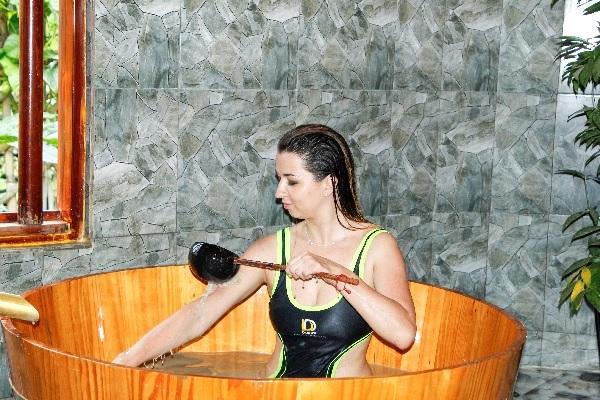 Được trang bị đầy đủ các thiết bị tiện nghi, mỗi Villa sở hữu bồn tắm bùn, tắm thảo dược riêng và nghỉ ngơi ngay tại phòng, rất phù hợp cho những cặp đôi đi nghỉ tuần trăng mật.