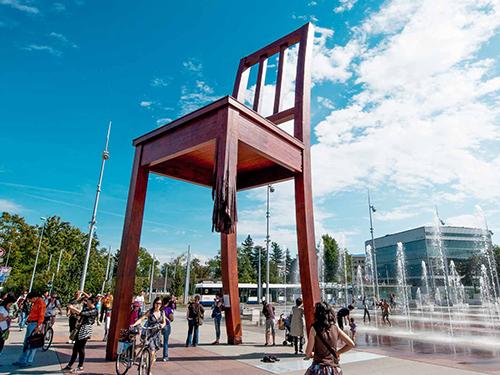 Chiếc ghế gãy chân là ý tưởng ban đầu của Paul Vermeulen, đồng sáng lập Handicap International tại Thụy Sĩ. Công trình do Handicap International tài trợ. Nó gồm hai phần có thể tháo rời. Ảnh: Geneva Tourism.