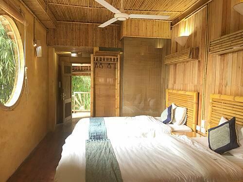Homestay có các phòng với giá thuê từ 250.000 đến 300.000 đồng.Từ khoảng sân trước nhà, du khách có thể ngồi bên những bộ bàn ghế gỗ, nhâm nhi tách trà và ngắm vẻ đẹp hùng vĩ của vùng cao. Ảnh: FB Tien Nguyen.