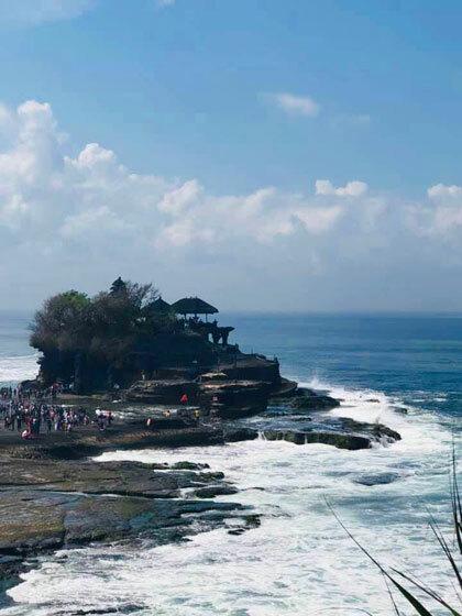 Từ xa nhìn lại, ngôi đền nằm chơ vơ giữa biển cả mênh mông, gợi cảm giác cô đơn.