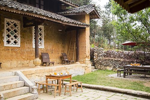 Auberge de MeovacĐối với những du khách yêu thích sự hoài cổ, thì đây là một gợi ý thích hợp. Được cải tạo từ căn nhà của người H'Mong, homestay mang vẻ cổ kính với những mái ngói âm dương và bức tường đất ố vàng. Ảnh: Ovu0ng/Shutterstock.