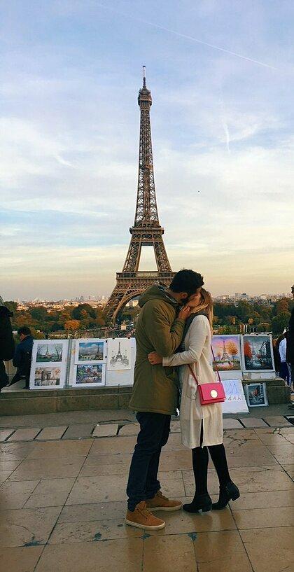 Kuqi chỉ vô tình gặp người đàn ông trong bức ảnh, và nhờ anh chụp cùng cô một bức ảnh. Trong ảnh hai người hôn nhau để vờ như cô đã có một quãng thời gian lãng mạn ở Paris. Ảnh: Twitter.