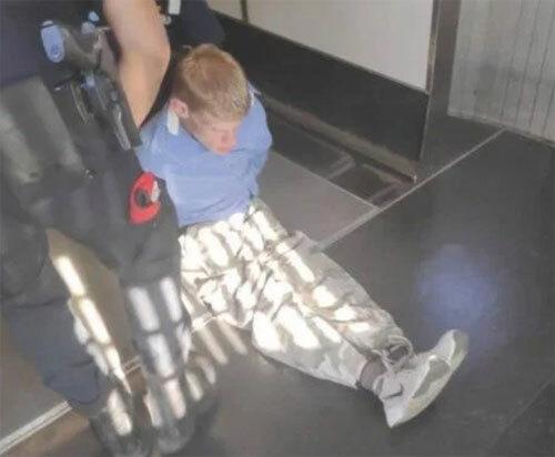 Sau khi gây chuyện, người đàn ông nhanh chóng bị đưa ra khỏi máy bay. Ảnh: Viral Press.