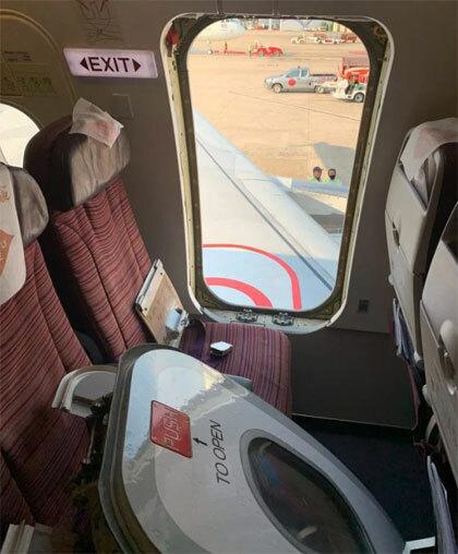 Cửa thoát hiểm bị nam du khách giật tung. Ảnh: Viral Press.