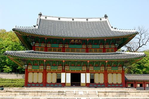 Seoul là nơi lưu giữ nhiều kiến trúc cung đình cổ kính. Ảnh: Envato.