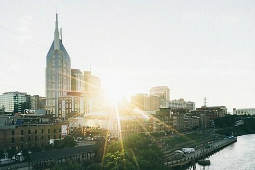 Tắm nắng giúp nhịp sinh học thay đổi với múi giờ mới. Ảnh: Joshua Ness.