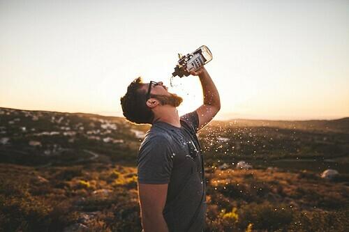 Cơ thể sẽ hoạt động tốt hơn khi đủ nước. Ảnh: Aidan Meyer.