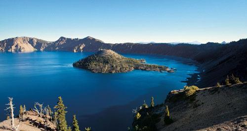 Hồ Crater nằm trong vườn quốc gia cùng tên. Ảnh: